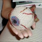 Шерстяной глаз на ладошке. Strange Eyes. Источник: craftycrafty